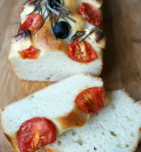 Foccacia su vyšniniais pomidorais, alyvuogėmis ir feta sūriu