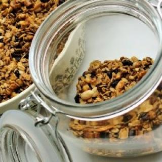 """""""granola"""" su riešutais, sėklomis ir razinomis"""