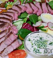 steiko salotos su mėlynojo sūrio padažu