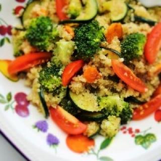 """Šiltos """"kynvos"""", brokolių, morkų ir cukinijų salotėlės"""