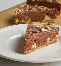 Margas šokolado ir karamelės sūrio pyragas
