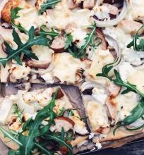 Brie ir ožkos sūrio pica