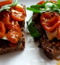 Sumuštiniai su keptais pomidorais ir sūriu