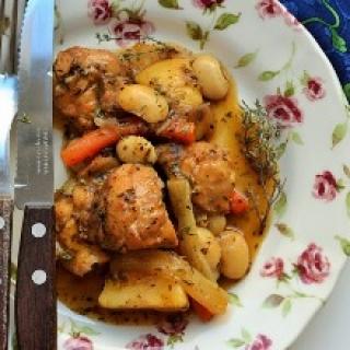 Labai paprastas triušienos troškinys su bulvėmis ir su pupelėmis