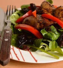 Ančių kepenėlių, keptų paprikų ir džiovintų slyvų salotos