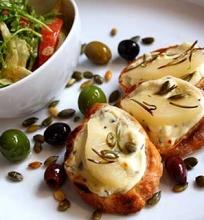 Šiltas feta sūris su kriaušėmis ir salotomis
