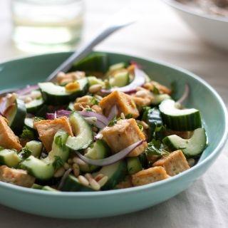 Agurkų ir tofu salotos