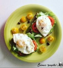 Skrebučiai su keptais kiaušiniais ir šviežiomis daržovėmis