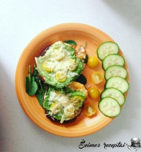 Kepta duona su kiaušiniu, daržovėmis ir sūriu