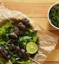 Ant iešmelių kepti skrandukai su žaliosiomis salotomis ir rupiu humusu