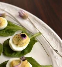 Įdaryti (ant špinatų lapelių nutūpę) putpelių kiaušiniai su ridikų dai geliais