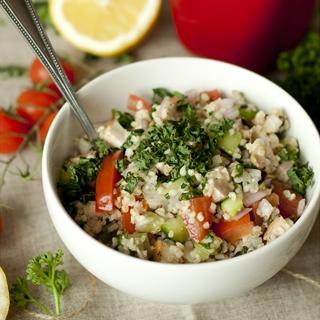 Bulguro kruopų, vištienos ir daržovių salotos