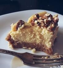 Sūrio tortas su migdolais ir karameliniu padažu