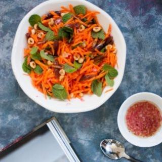Morkų salotos su mėtomis ir datulėmis
