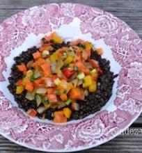 Juodųjų lęšių salotos su daržovėmis
