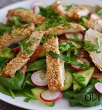 daržovių salotos su kepta vištienos krūtinėlė ir sezamo sėklomis
