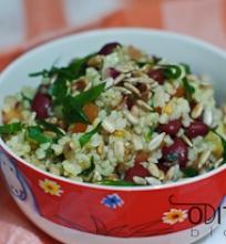 bulgur kruopų salotos su daržovėmis ir saulėgrąžomis