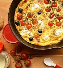 Orkaitėje keptas omletas su pomidorais, ožkos pieno sūriu ir kedrinėmis pinijomis