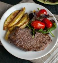 Steikas su orkaitėje keptomis bulvytėmis
