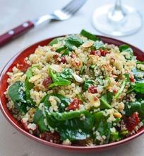 Kynvos, špinatų ir saulėje džiovintų pomidorų salotos