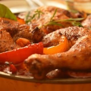 Orkaitėje kepta vištiena su raudonuoju Ispanijos auksu – rūkytų paprikų milteliais, ir sald žiosiomis paprikomis