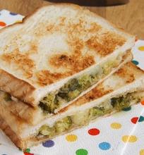 Karštas sumuštinis su brokoliais ir sūriu