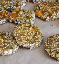 riešutų ir sėklų karameliniai saldainiai