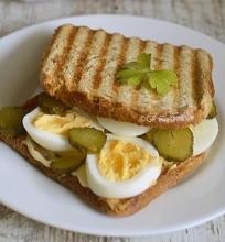 Sotus sumuštinis su kiaušiniais ir agurkėliais