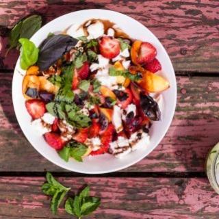braškių ir nektarinų salotos