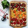 Traškus pyragas su feta ir pomidorais