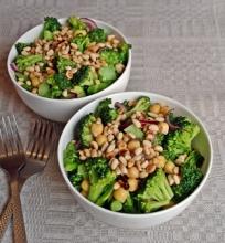 Brokolių ir avinžirnių salotos