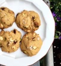 Sausainiai su pistacijomis ir baltojo šokolado lašeliais