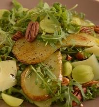 Šildančios salotos su keptomis kriaušėmis, karijų riešutais ir parmezanu