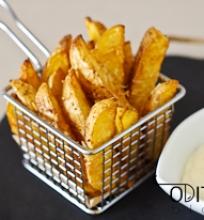 bulvių skiltelės su parmezano sūriu ir česnakiniu padažu