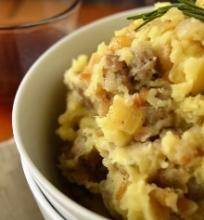 Bulvių košė be pieno produktų, skaninta triušienos dešrelėmis