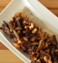 Silkė su karamelizuotais svogūnais, džiovintais baravykais ir graikiniais riešutais