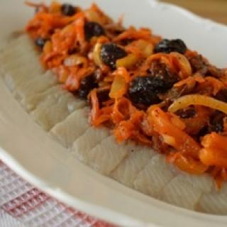 Silkė su morkomis ir džiovintomis uogomis