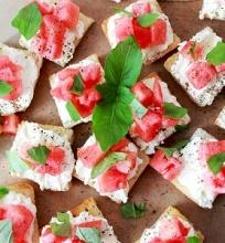 Brusketa su feta ir arbūzu