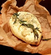 Keptas varškės sūris su medum ir česnakais