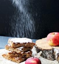 Apple blondies – kitoks obuolių pyragas