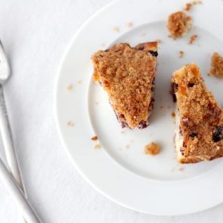 Mėlynių pyragas su karameliniais trupiniais