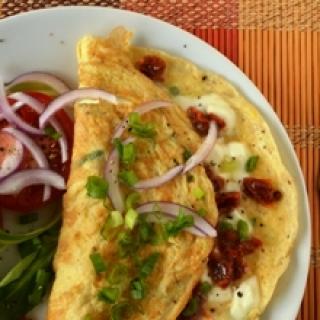 Šilkinis omletas su mocarela ir saulėje džiovintais pomidorais