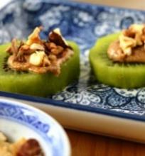 Kivių užkandis su migdolų sviestu ir daigintų grikių bei lazdyno riešutų kar ūna