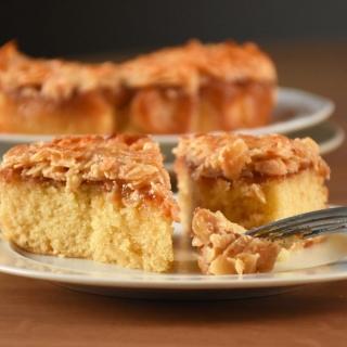 Pyragas su karamelizuotais migdolais