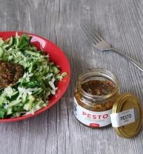 Kopūstų ir avokadų salotos su pesto