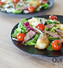 salotos su šviežiomis bulvytėmis, jautiena ir pomidorais