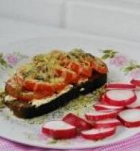 Karštas sumuštinis su pomidorais