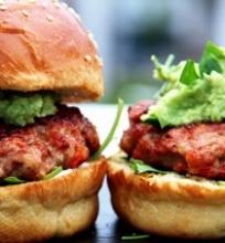 Vi6tienos burgeris su avokado padažu