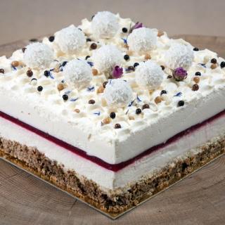 Balto šokolado ir mascarpone muso tortas su avietėmis