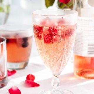Šampano kokteilis su uogomis